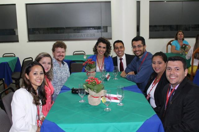 Professores e tutores confraternizam em jantar