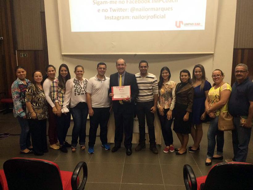 O palestrante Nailor Marques Junior posa para a foto com os alunos da UNIPAR EAD