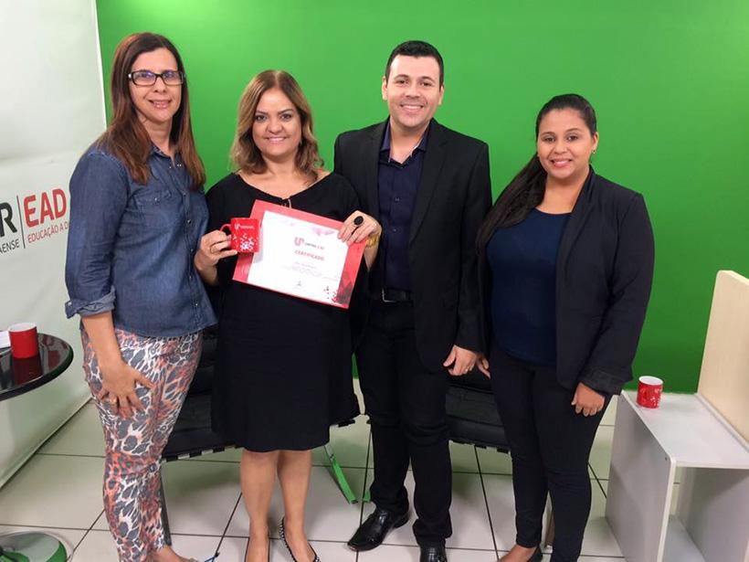 As professoras Isabel Cristina Gozer e Maristela Ribeiro, na companhia dos tutores Willer Carlos e Daiany Silveira