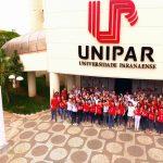 Equipe Unipar EAD gesticula o '5' comemorando a conquista, na frente do Polo Unipar EAD em Umuarama (Unidade-Sede)